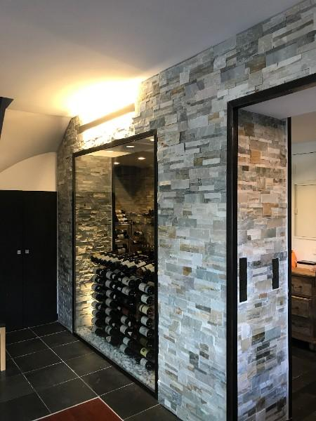 Éclairage d'une cave à vin avec intégration de la domotique dans les pierres.